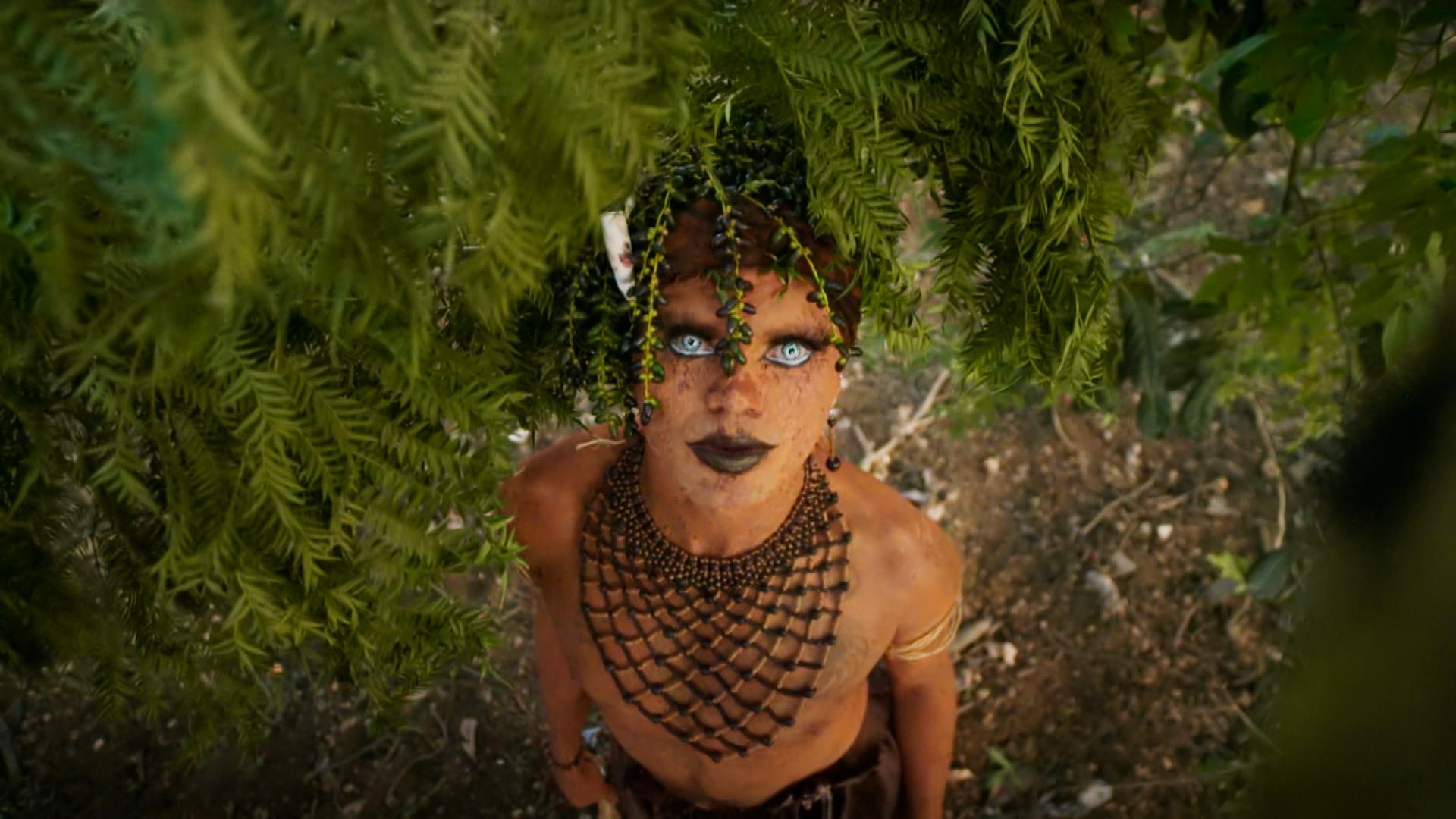Bióloga, mestre em Ecologia, artista visual, drag queen ambientalista: Emerson Uýra aparece montada no Falas da Terra para reforçar diversidade (Foto: TV Globo)
