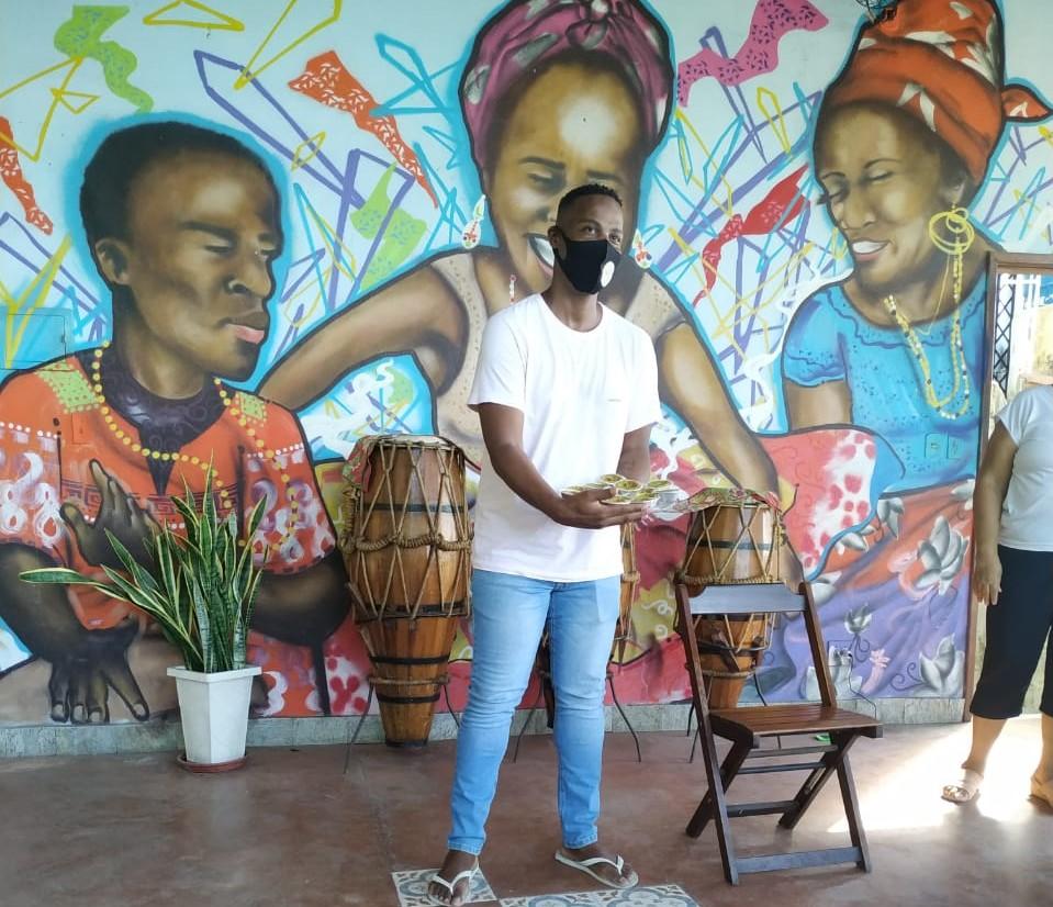 Marcelo da Paz no Morro do Salgueiro: projeto de catalogar ervas e plantas usadas para tratamentos de saúde e para alimentação (Foto: André Balocco)
