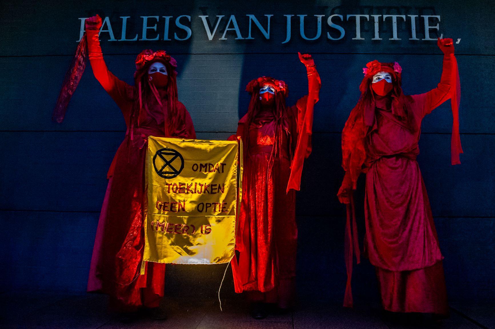 Manifestação em frente ao Palácio de Justiça de Haia no começo do julgamento do litígio climático contra Shell: empresa condenada a reduzir emissões em 40% (Foto: Romy Arroyo Fernandez / NurPhoto / AFP - 20/12/2021)