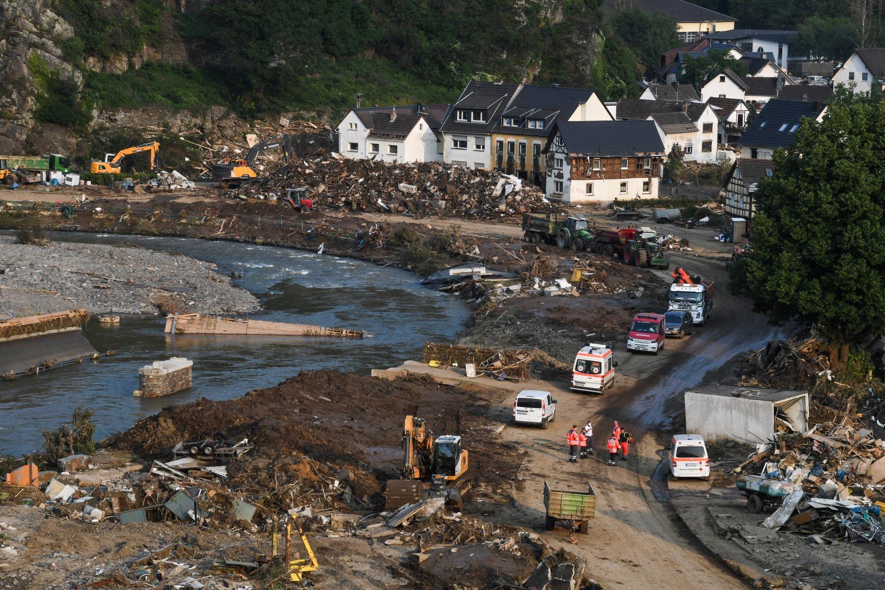 Destruição às margens do rio Ahr, na Alemanha, que transbordou em vários pontos: calor extremo, provocado pela crise climático, gerou precipitação recorde (Foto: Cristof Stache / AFP)