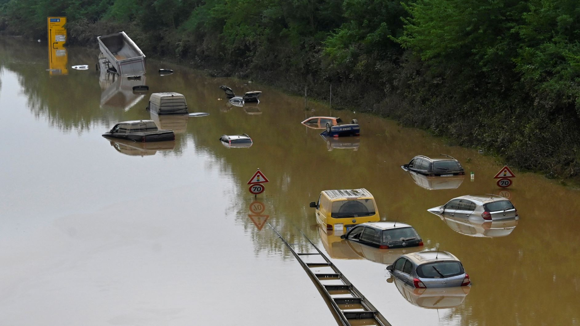 """Estrada submersa no oeste da Alemanha: especialistas analisam enchentes provocadas por chuvas """"extraordinárias"""" no verão europeu (Foto: Sebatien Bozon / AFP - 17/07/2021)"""