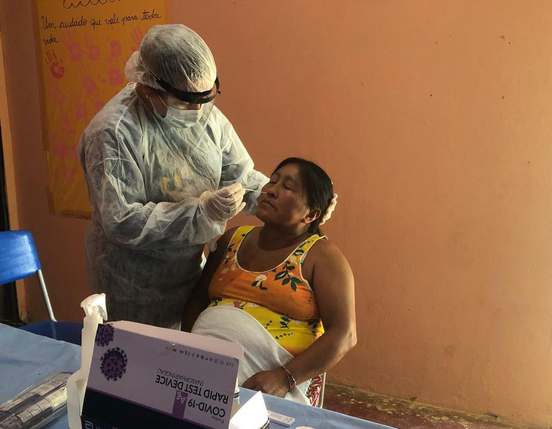 Indígena Munduruku é testada para covid-19 no Dsei Rio Tapajós: testagem insuficiente em indígenas mas vacinação avança (Foto: Dsei Rio Tapajós)