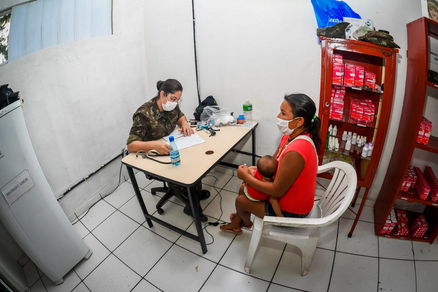 Médica das Forças Armadas realiza atendimento a mulher Yanomami na comunidade de Maturacá, no Amazonas: saúde em risco ( Foto: Alexandre Manfrim/Ministério da Defesa - 08/06/2020)