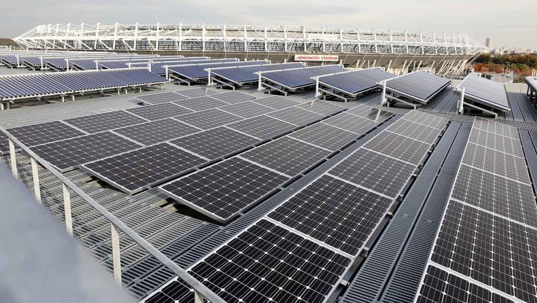 Painéis solares ao lado de um dos estádios para competições do Jogos Olímpicos de Tóquio 2020: aposta em energias renováveis (Foto/Divulgação)