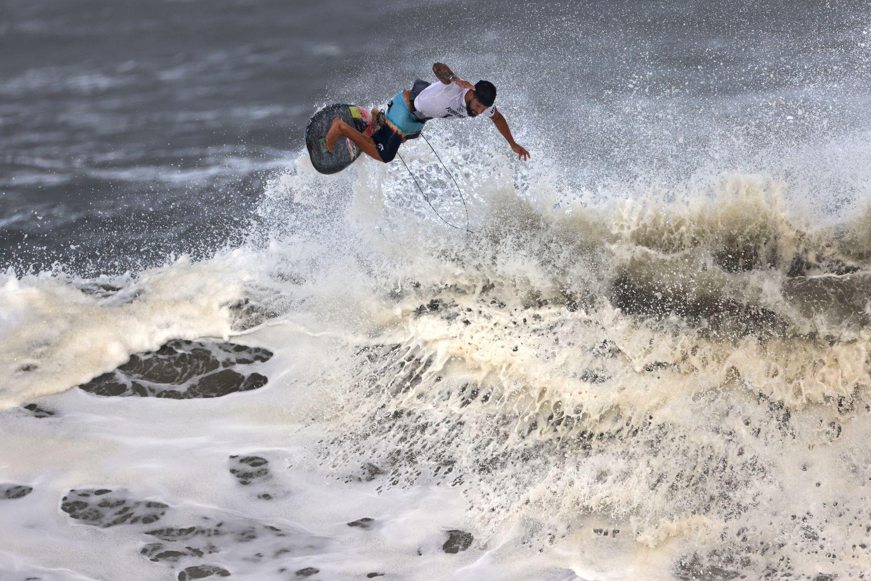 Ítalo Ferreira em manobra para se tornar o primeiro campeão olímpico do surfe: esporte faz parte de estratégia para atrair público mais jovem para os Jogos Olímpicos (Foto: Yuki Iwamura / AFP - 27/07/2021)