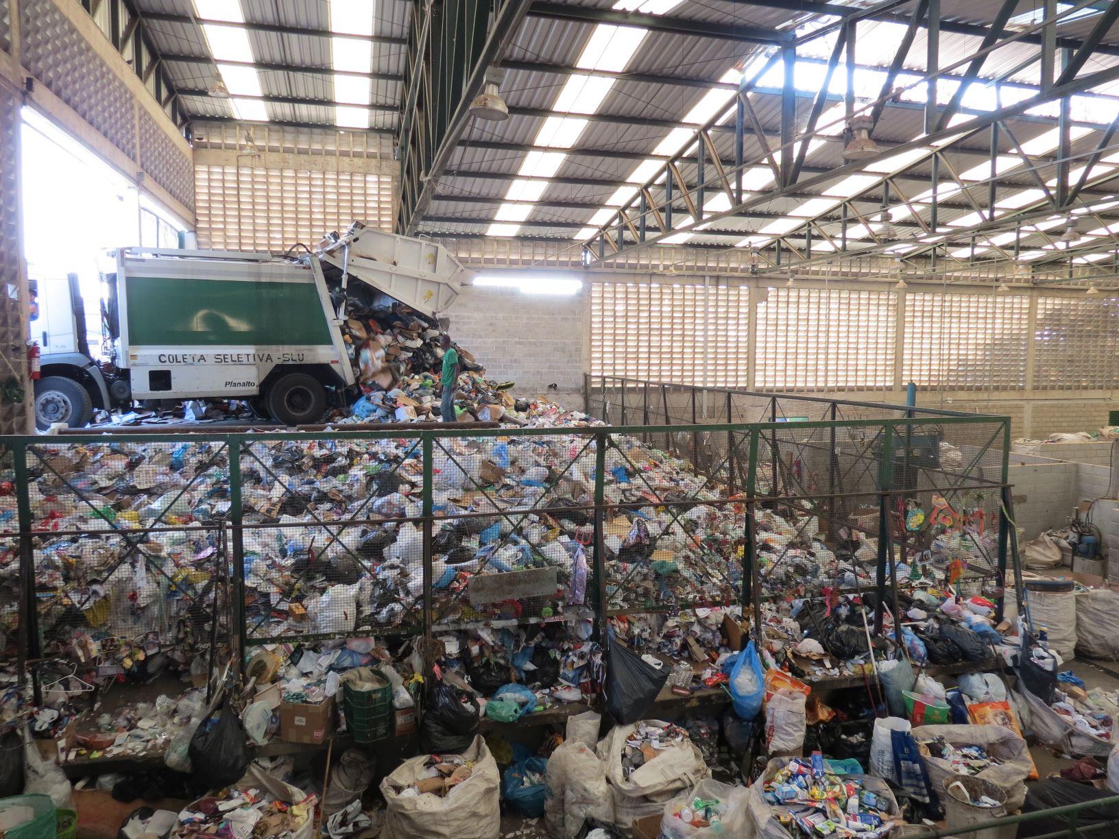 Galpão para separação de resíduos da Coopesol Leste, cooperativa de coleta de Belo Horizonte: programa Lixão Zero ignora cadeia da reciclagem (Foto: Juliana Gonçalves)