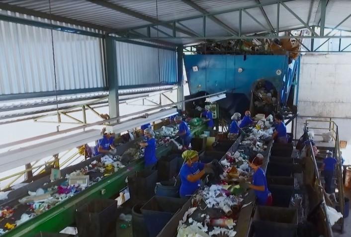 Catadores da Coopert separam resíduos no Centro Municipal de Triagem de Resíduos, de Itaúna (MG): reciclagem pode ser rentável (Foto: Divulgação/Prefeitura de Itaúna - 17/04/2018)