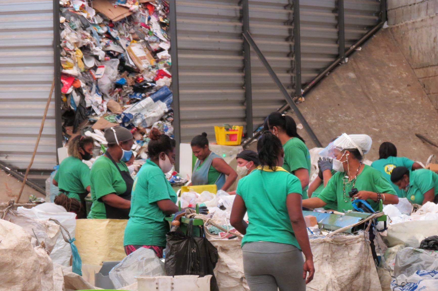 Separação de material para reciclagem em cooperativa de catadores de Belo Horizonte: críticas ao descaso com catadores e outros envolvidos na reciclagem (Foto: Juliana Gonçalves)