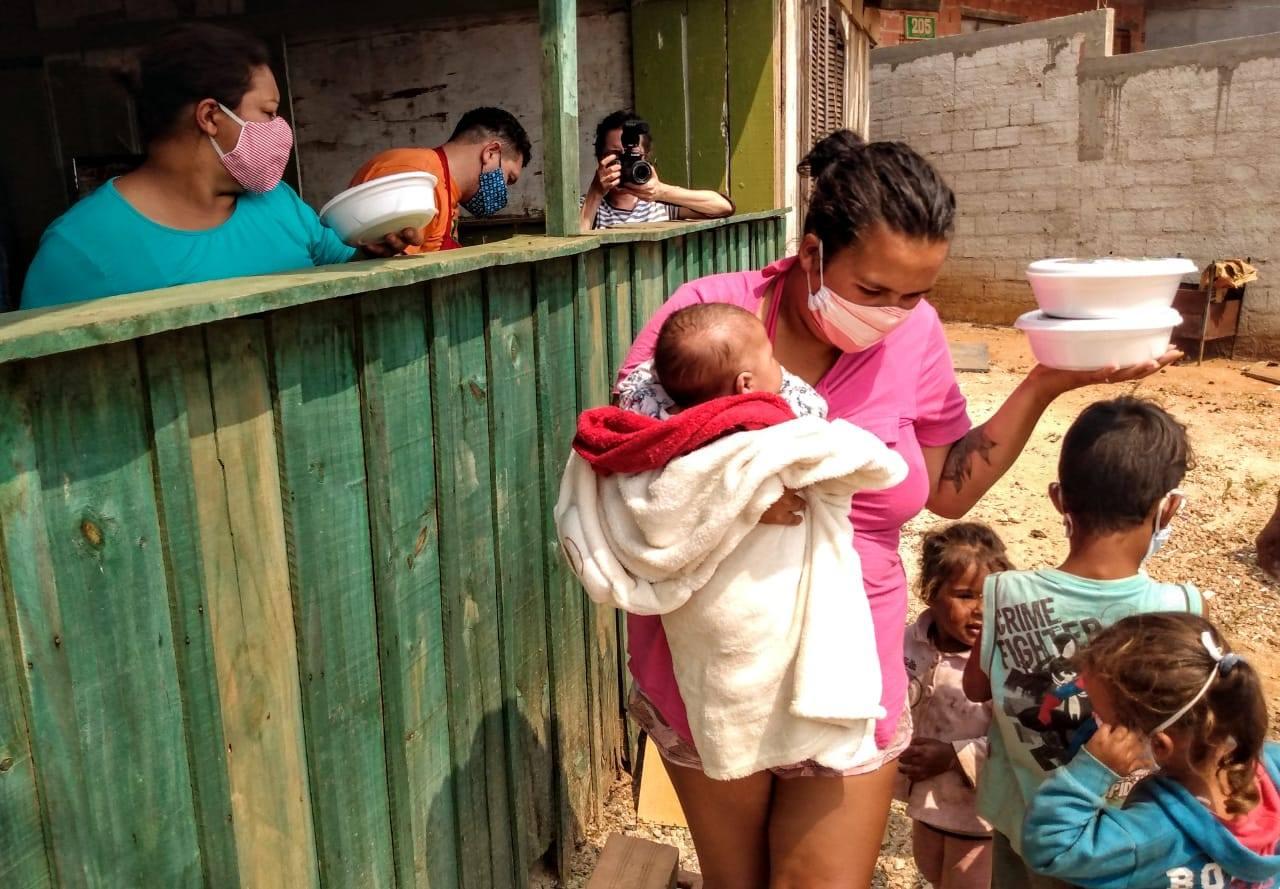 Distribuição de comida na periferia de Curitiba: 113 milhões de brasileiros e brasileiras em situação de insegurança alimentar (Foto: Ednubia Ghisi/Marmitas da Terra/Fotos Públicas)