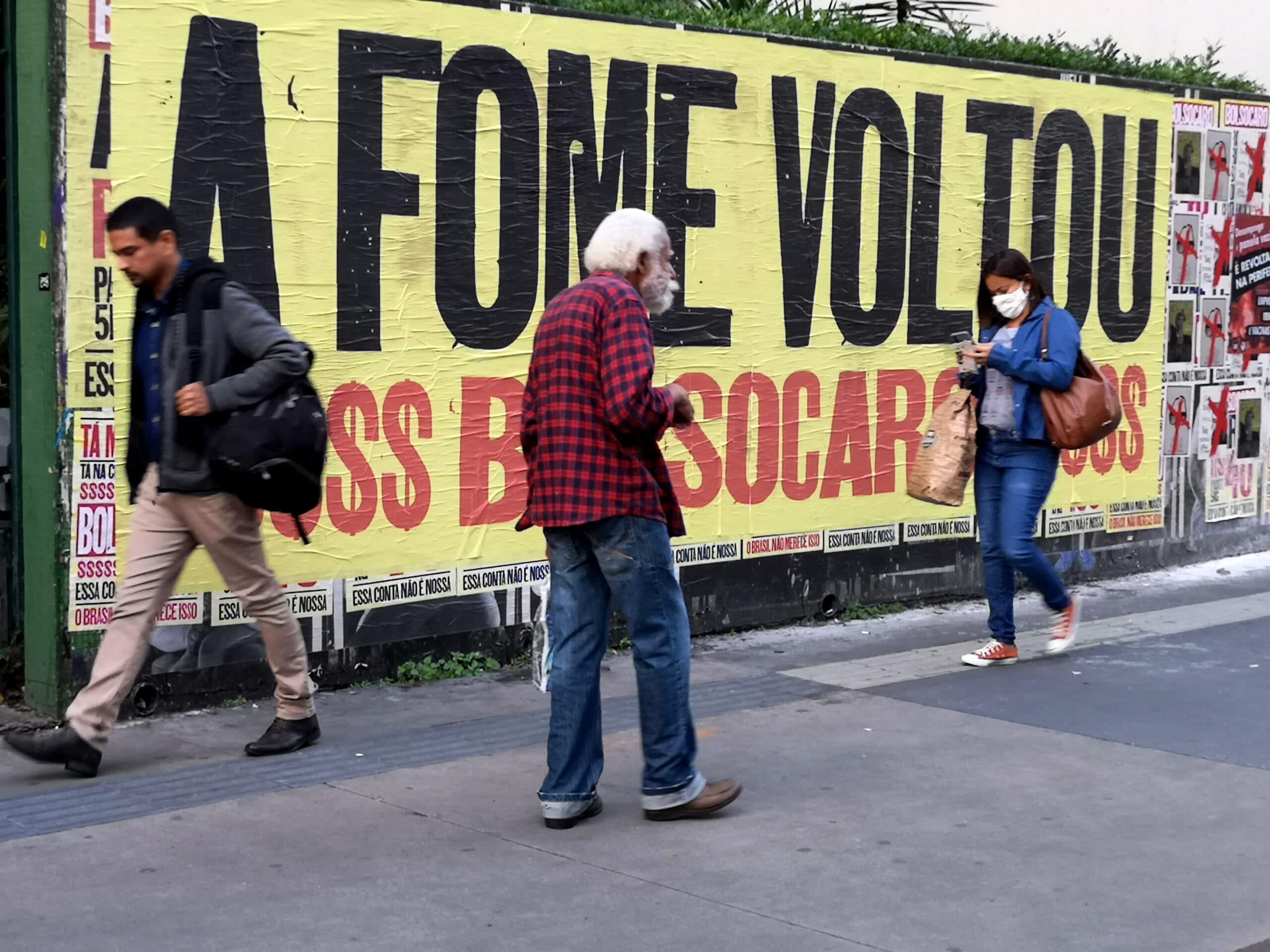 Cartaz de protesto na Avenida Paulista: Relatório Luz aponta que desemprego e alta no preço da comida contribuem para o aumento do número de pessoas em situação de fome e insegurança alimentar (Foto: Roberto Parizotti./Fotos Públicas)