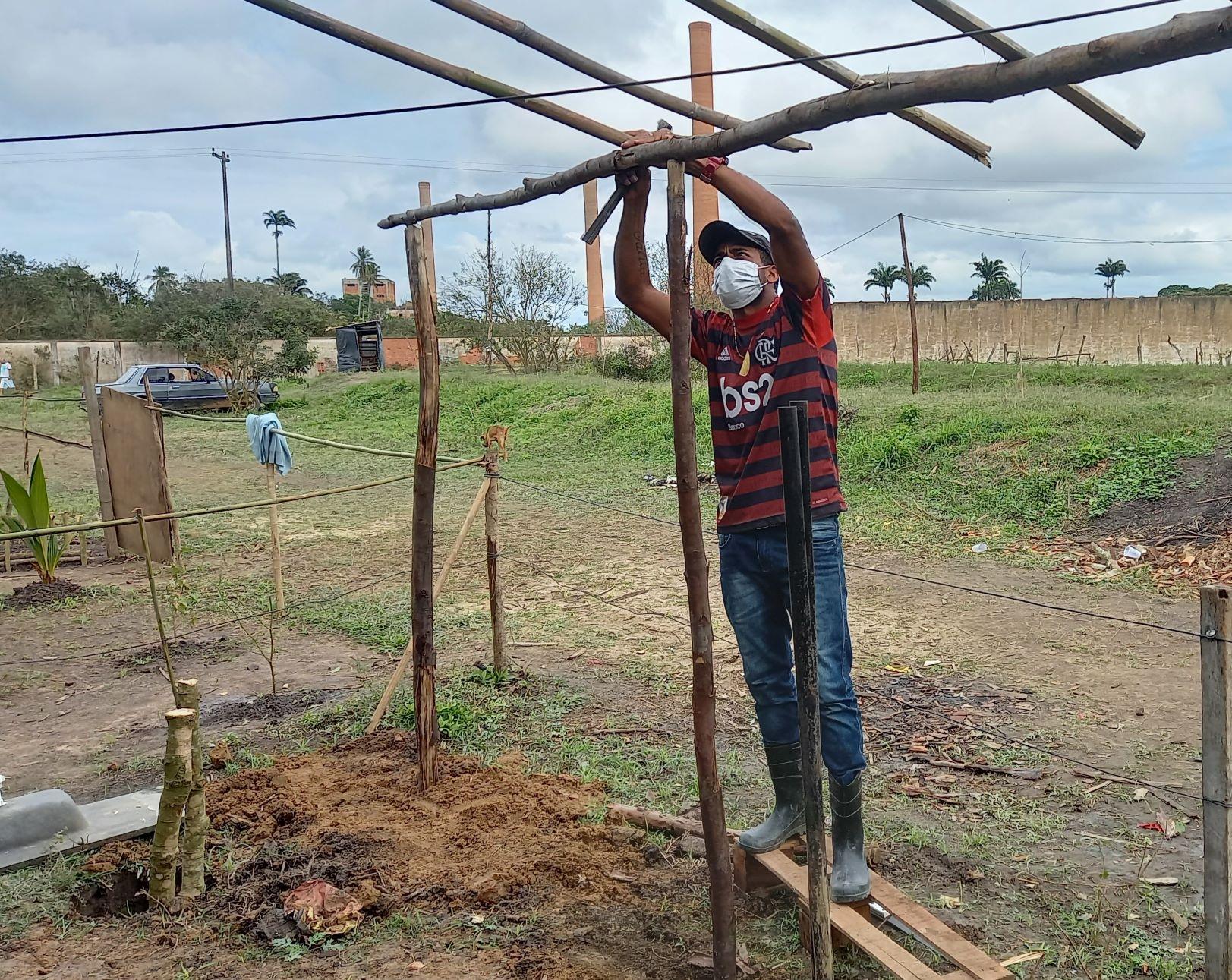 Renato Sebastião no Acampamento Cícero Guedes: produção de alimentos sem agrotóxicos (Foto: Vivi Fernandes de Lima)