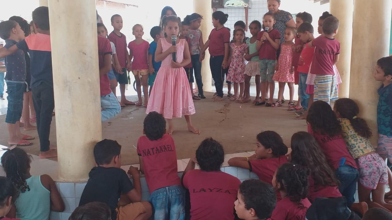 Crianças em atividade cultura na Escola Carlos Marighela que foi criada pelo MST mas virou unidade municipal de Marabá em área do assentamento: ensino em tempo integral (Foto: MST)