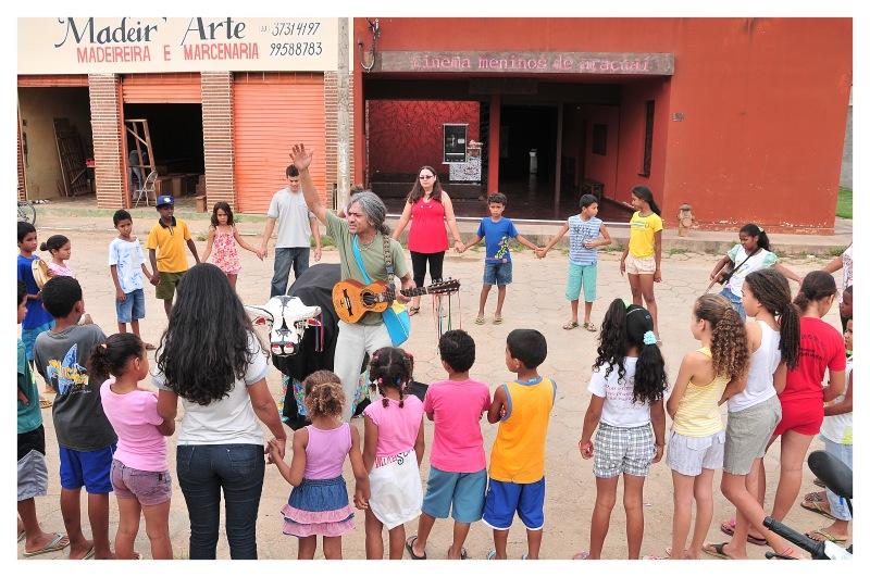 Projeto Ser Criança, do CPCD, em Araçuaí (MG) com meninos e meninas, em horários complementares à escola formal e em espaços comunitários: inspiração em Paulo Freire (Foto: CPCD)