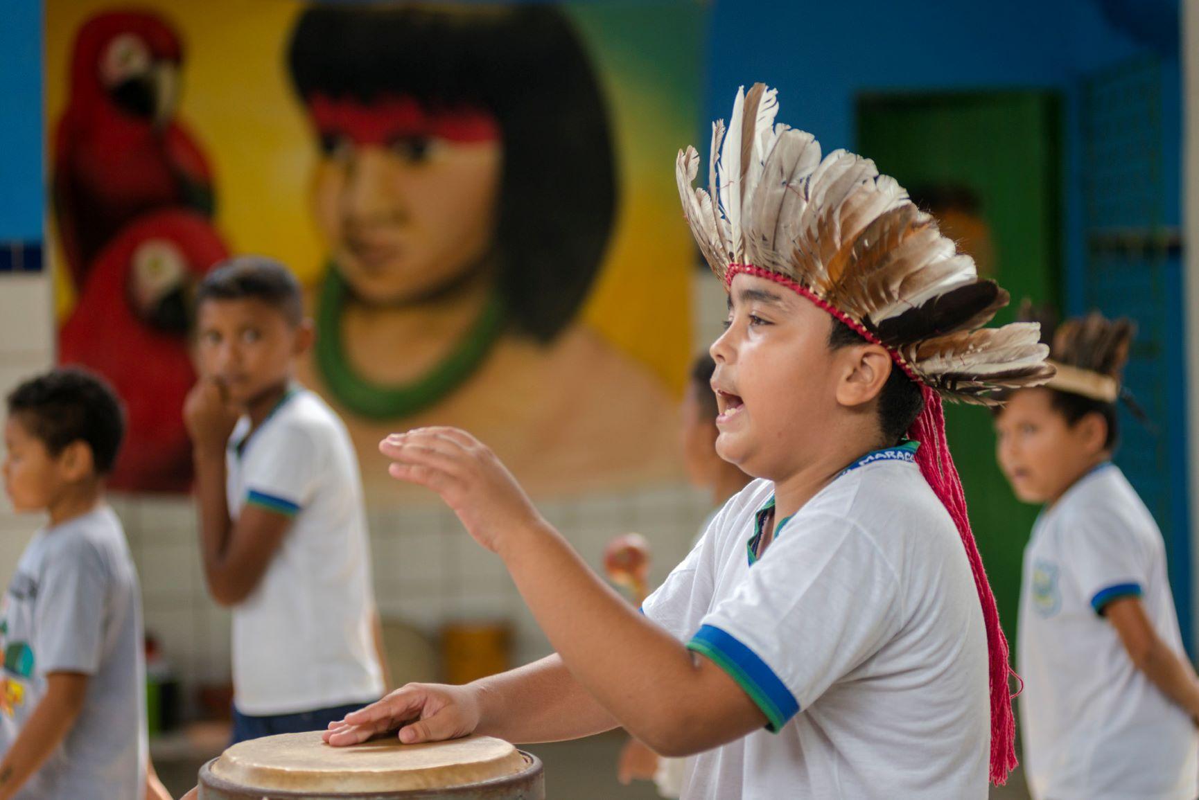 Crianças na escola do Povo Pitaguary, em Maracanaú, na Região Metropolitana de Fortaleza: Ceará tem 57 escolas indígenas, entre estaduais e municipais, mas professores indígenas ainda lutam por concurso público (Foto: Davi Pinheiro/Governo do Ceará)