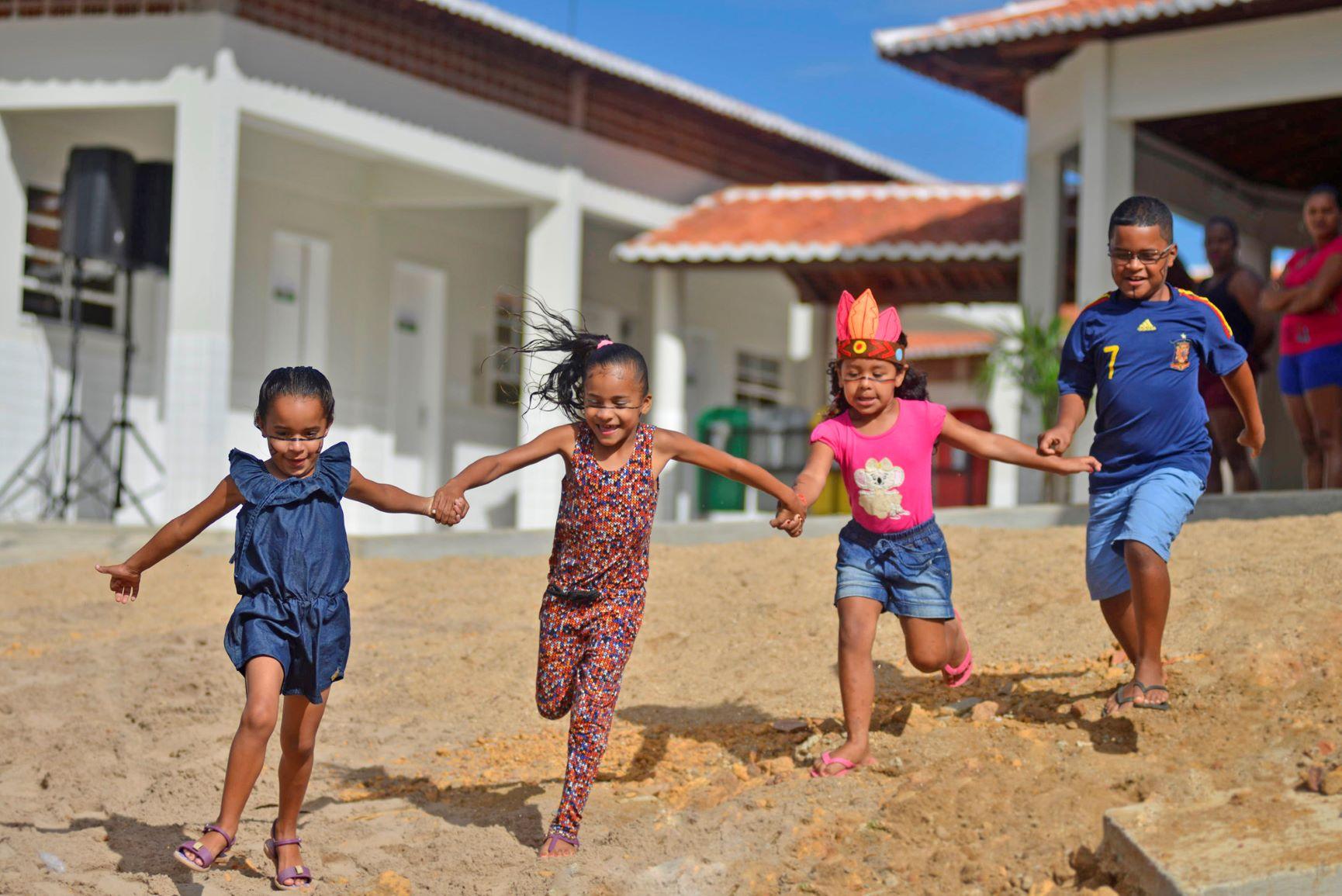 Crianças brincam em escola indígena Tapuya: valorização da cultura indígena (Foto: Davi Pinheiro/Governo do Ceará)