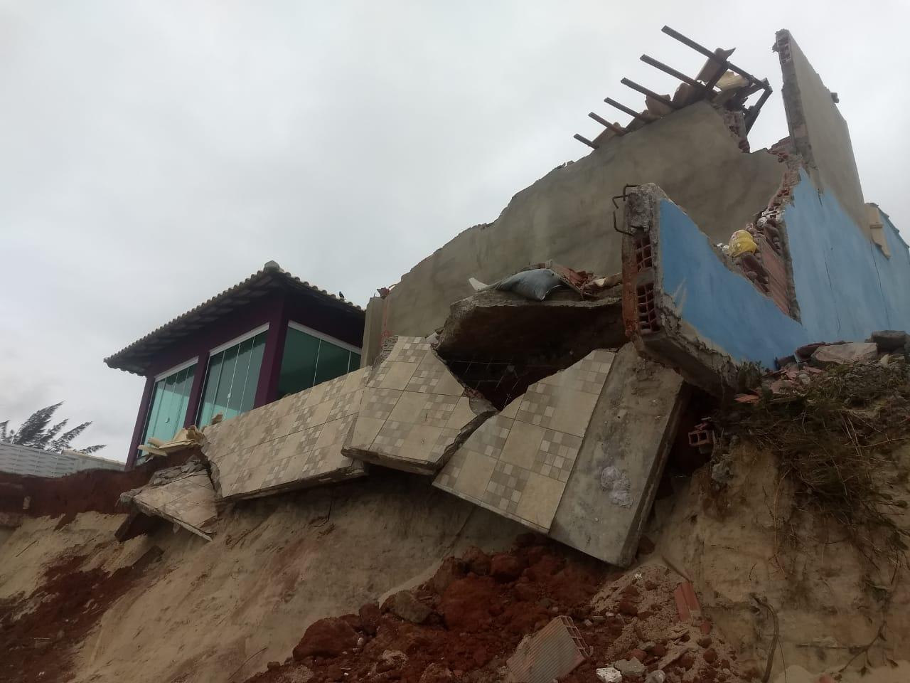 Residência destruída pelas ondas na praia do Cordeirinho: para ambientalista, terminal portuário poderia não suportar ressacas cada vez mais frequentes na região (Foto: Prefeitura de Maricá / 14/08/2019)