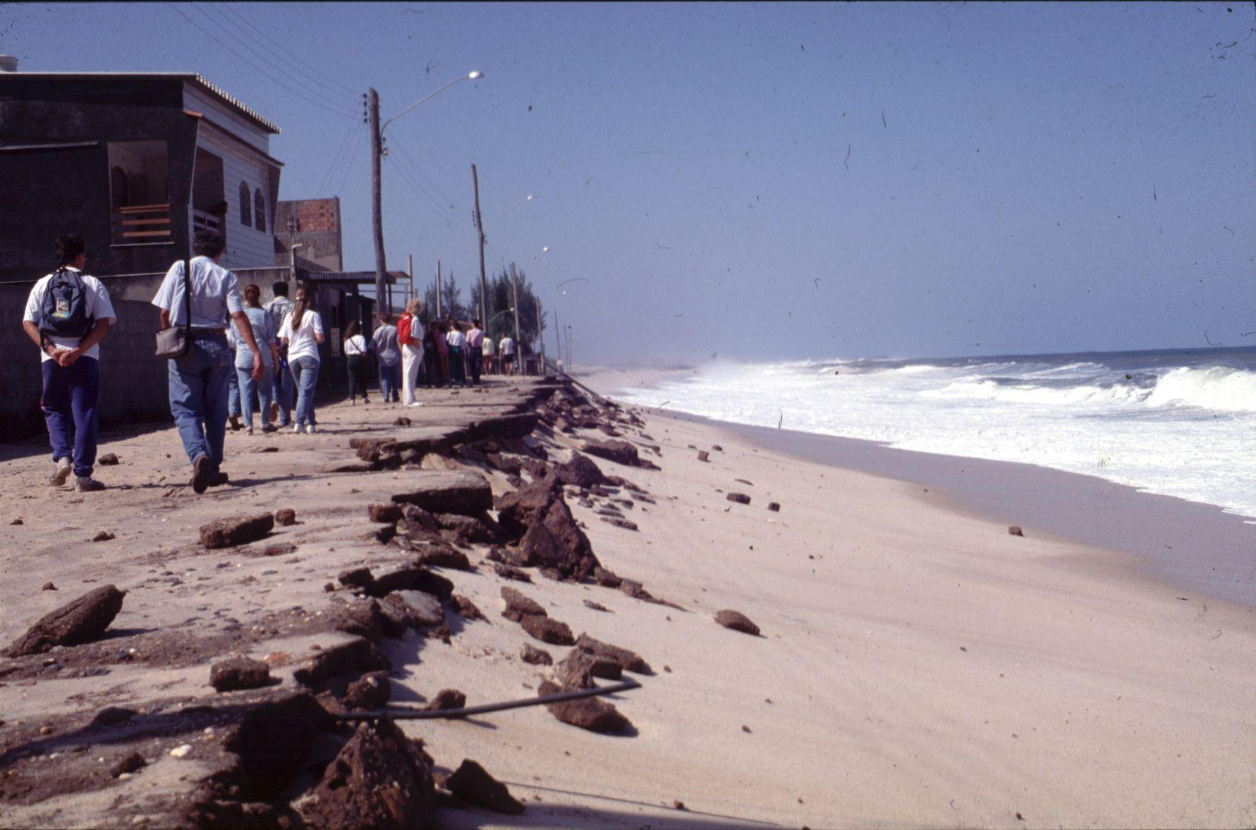 anos causados por ressaca na praia de Itaipuaçu, em Maricá, em 1993: fenômeno cada vez mais frequente no litoral do município (Foto: Maria Augusta Martins)