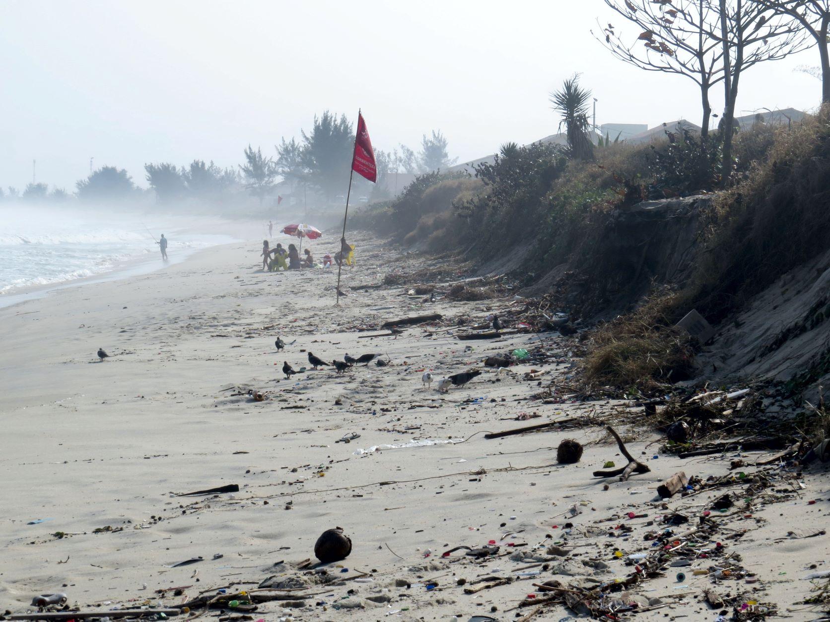 Danos na praia de Ponta Negra, Maricá, perto do empreendimento portuário, após ressaca em 2016: pesquisadores temem impacto da obra em litoral vulnerável (Foto: André Luiz Carvalho da Silva - 2016)