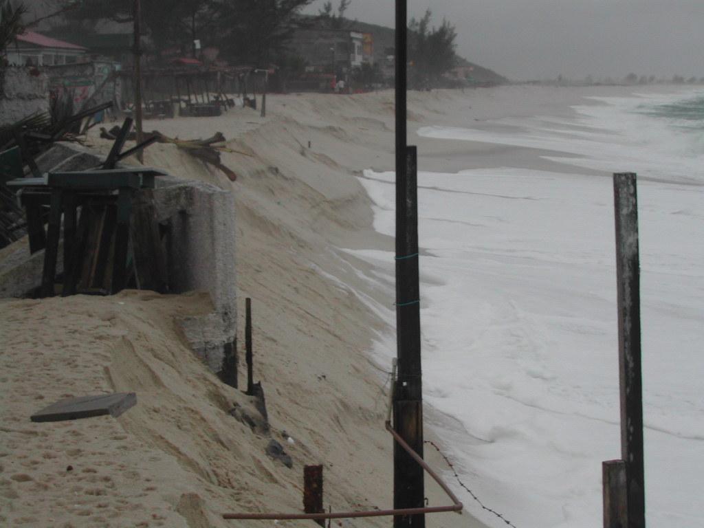 Construções afetadas pela ressaca em Itaipuaçu, Maricá, em 2004: pesquisadores alertam para necessidade de gerenciamento costeiro e análises das mudanças climáticas para liberação de empreendimentos como o do porto (Foto: André Luiz Carvalho da Silva / 2004)