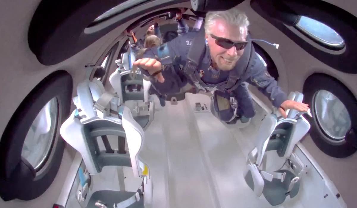 O empresário britânico Richard Branson flutuando em gravidade zero em sua espaçonave UNITY22 no domingo, 11 de julho de 2021. Foto EyePress News via AFP