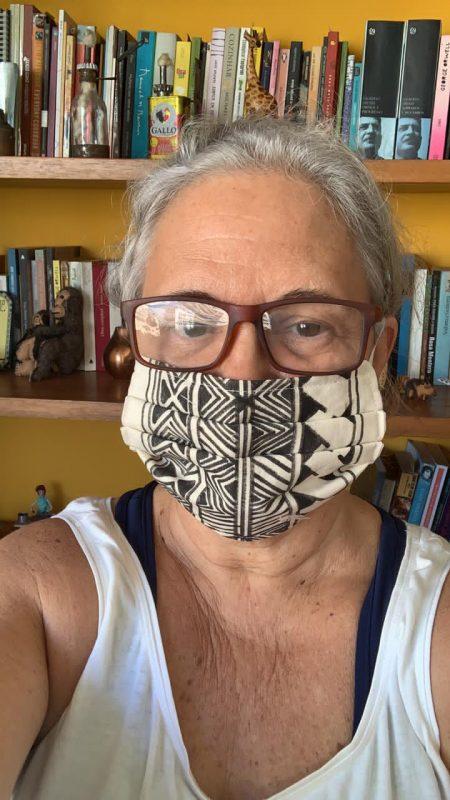 cA chef Teresa Corção com máscara produzida por artesãs indígenas: mobilização de rede de solidariedade para Manaus (Foto: Acervo Pessoal)