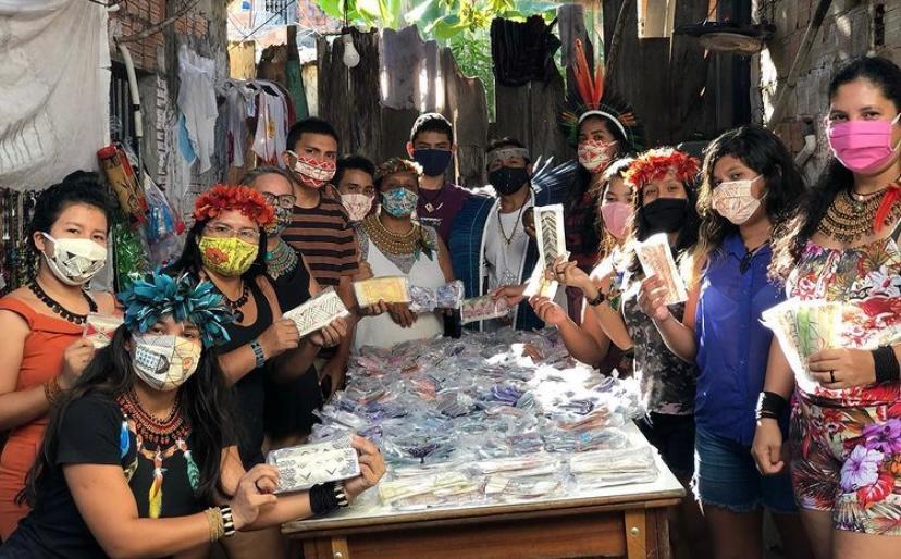 Artesãs da comunidade Sateré Mawé em Manaus: produção de máscaras com grafismos indígenas para gerar renda (Foto: AMISM)