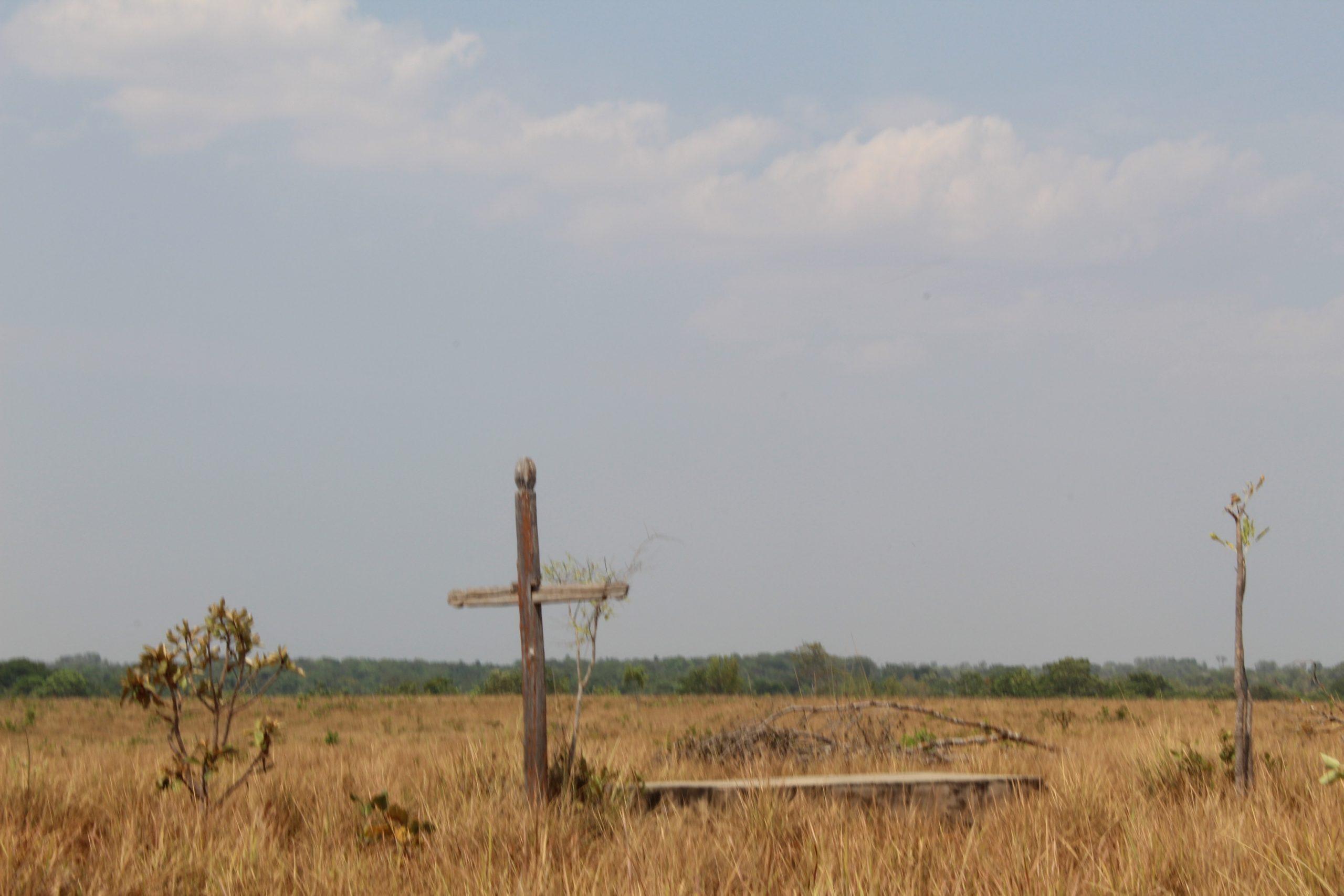 Cruzes do cemitério da Comunidade Tauá, no Tocantins, divide espaço com plantação de soja. Foto de Valéria Santos/ CPT Araguaia-Tocantins