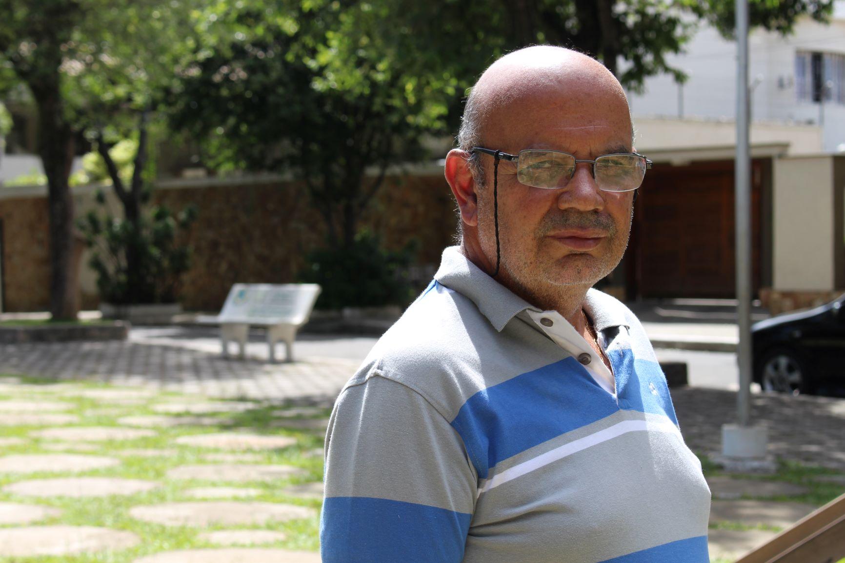 Geraldo Souza, filho de Dona Santinha, em Três Rios: inconformismo com a falta de informações sobre as irmãs ( Foto: Yuri Fernandes)