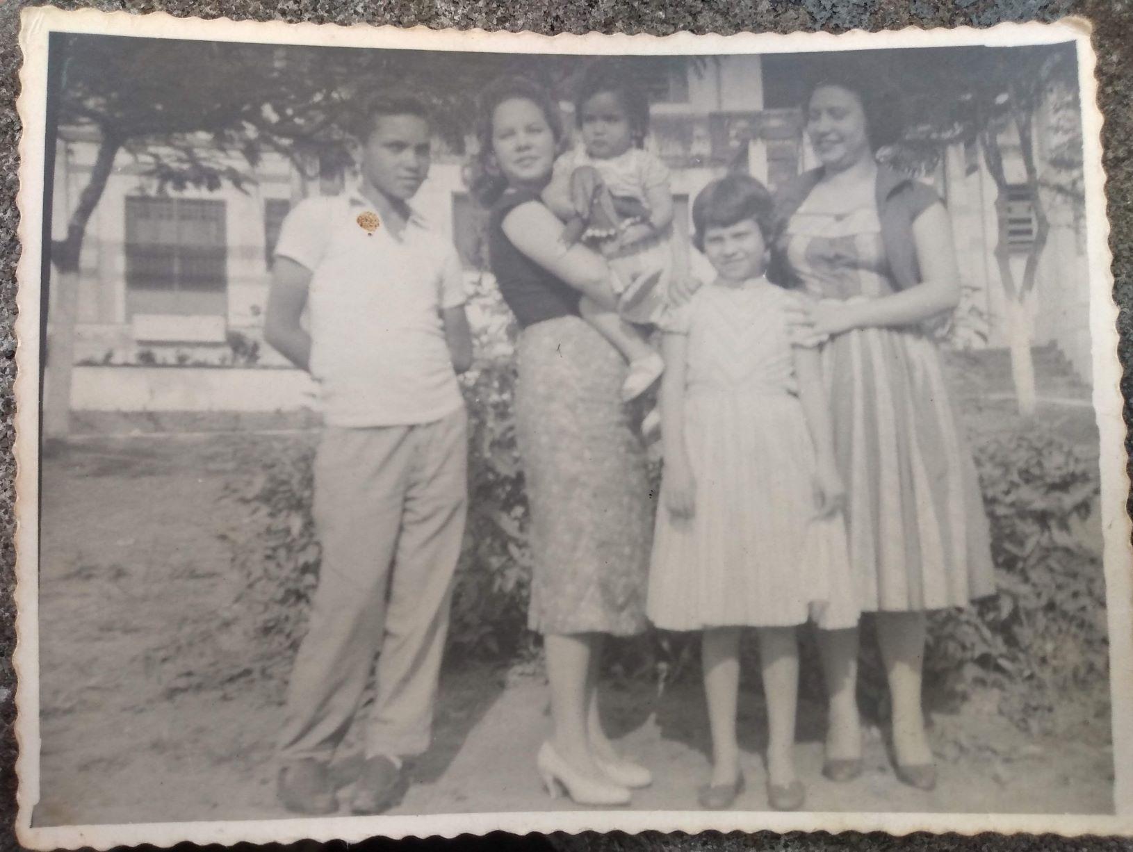Na foto de 1958, Rita, ainda criança, no colo da tia Nadir, e ao lado dos tios Davi, Dalzira e Carolina (Foto: Arquivo Pessoal)
