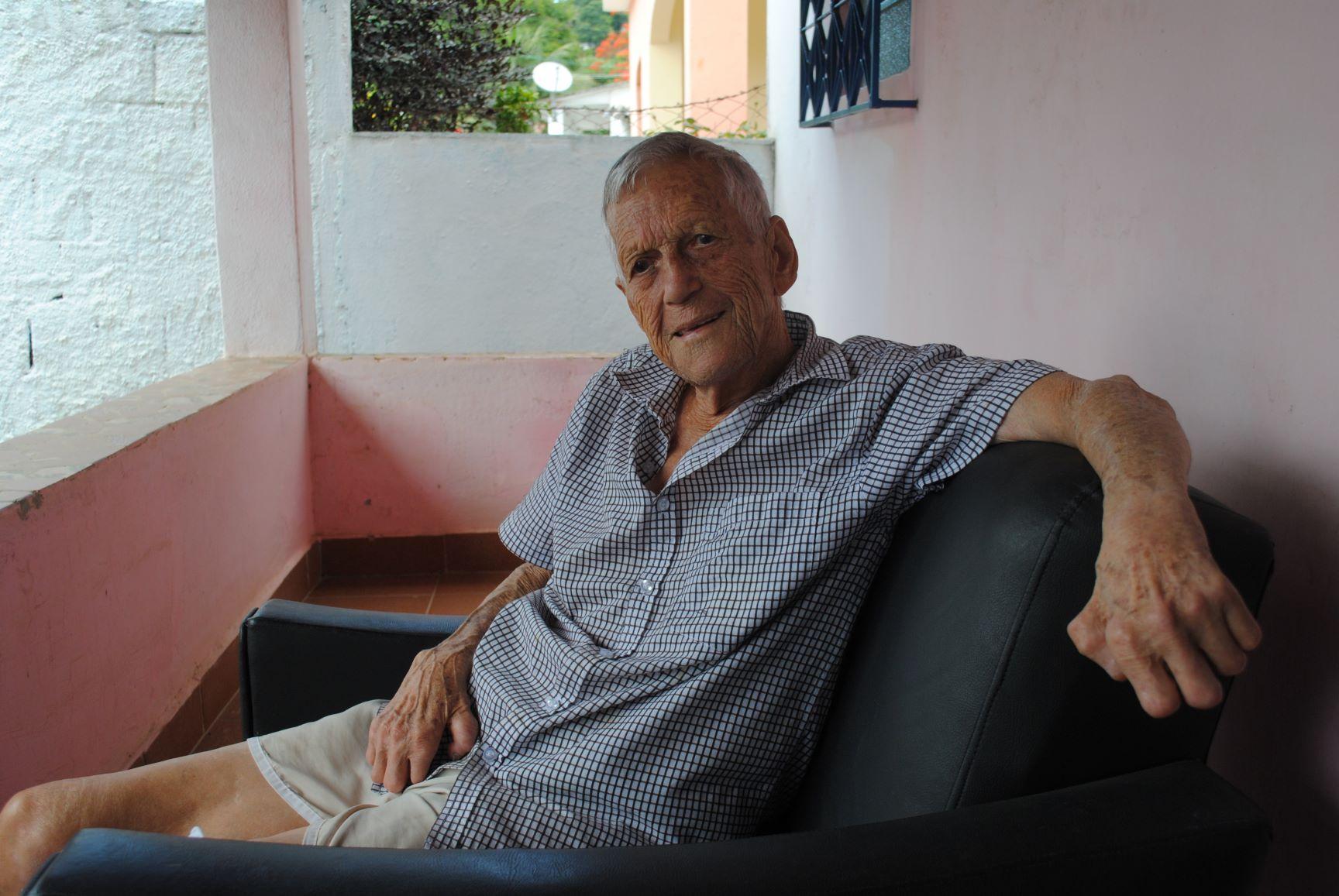 Seu Dutra na varanda de sua casa na área da antiga colônia: título de posse para mil família (Foto: Letícia Fernandes)