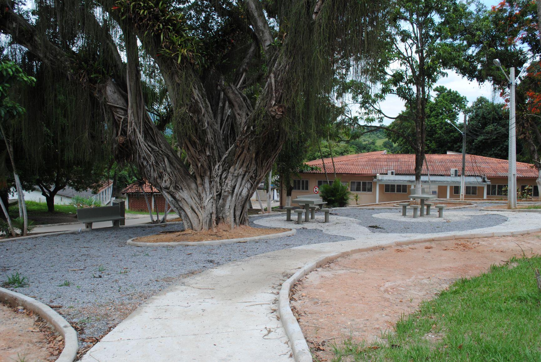Praça dentro da área do antiga Colônia Tavares de Macedo: clima de cidade do interior (Foto: Letícia Fernandes)
