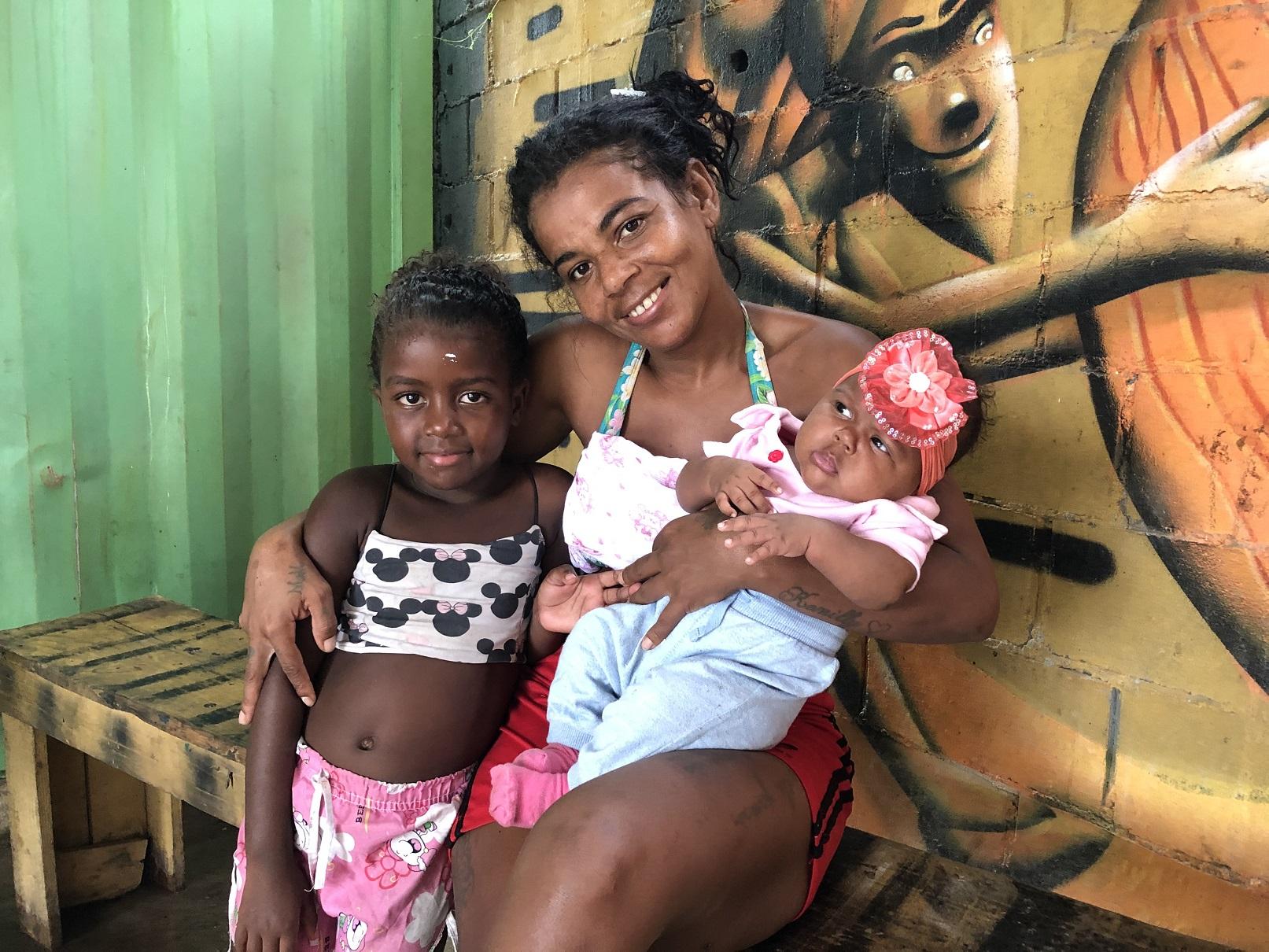 Vanessa, com os dois filhos, é moradora da favela e reclama do desabastecimento constante de energia. Foto Igor Soares. Março/2021